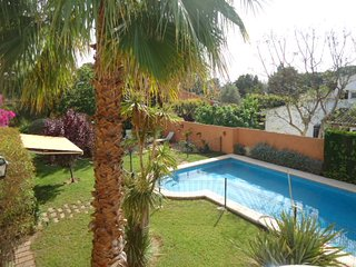 Casa con piscina vallada y jardín, ideal para familias o amigos