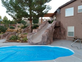 Luxury private home with heated pool, jacuzzi, pickleball and more on half acre!, Washington