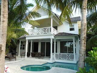 Waters edge family-friendly home with panoramic views, 10 x 40' windows + pool