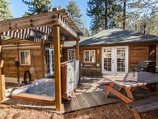 1BR Updated Lake Tahoe House with Hot Tub – On Bus Route to Casinos, South Lake Tahoe