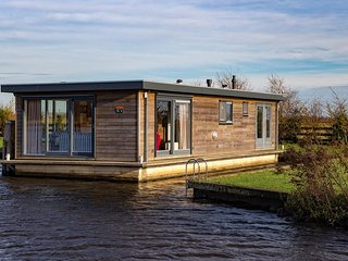 Houseboat for 6 persons in beautiful surroundings, Earnewald