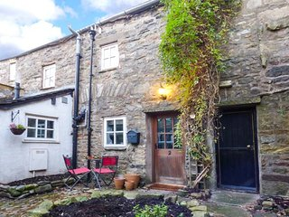 COURTYARD COTTAGE, stone-built cottage, town centre location, walks nearby, in