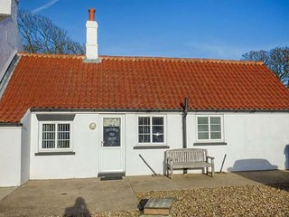 THE OLD JOINER'S SHOP, single-storey cottage near beach, shared patio, near Bridlington, Ref 944010