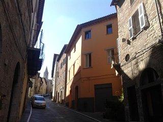 """Benvenuti a """"Fawlty Towers"""" Guest House, situata nel centro storico di Todi."""