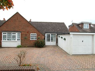 3 bed bungalow 5min walk to sea & Highcliffe castle & WiFi. Suitable for disable