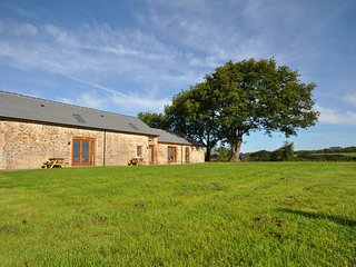 Montgomery Barn with shared indoor pool & hot tub, Bideford