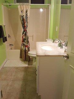 Coqui Ohana - Bathroom with Tub/ Shower combo