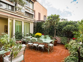Perfect Luxury Spanish Steps, Gorgeous Large & Lush Terrace, Spagna Apartment, Rome