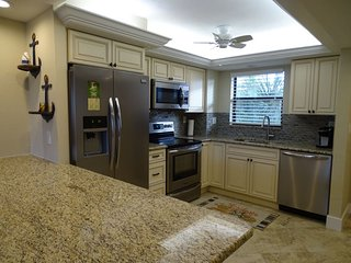 Renovated and Guest Ready-Bay views-Close to Town !