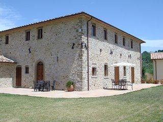 Luxury Umbrian Farmhouse sleeps 10, all ensuite rooms, pool, Montone