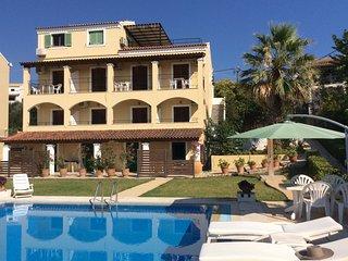 Villa Eleni Acharavi, mooi zeezicht, zeer gezellige pool area, groot zwembad!
