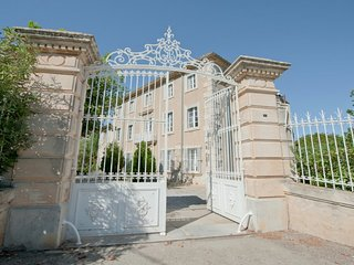 Beautiful Master's House with private pool and surrounding gardens, Narbonne