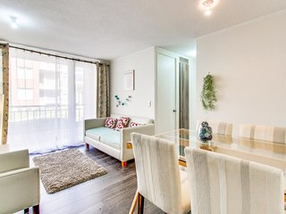 Bright and modern condo with a balcony - walk to restaurants, the lake & more!