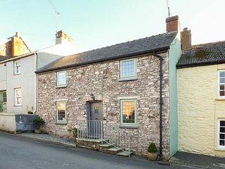 MILK WOOD COTTAGE, woodburner, terraced garden in Laugharne, Ref 927579