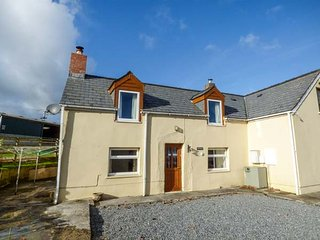 FERN VILLA semi-detached farmhouse, enclosed garden, pet-friendly, WiFi, Amroth, Ref 947426