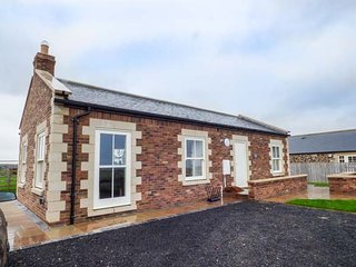 WEST GATE, all ground floor, open plan, woodburner, hot tub, Embleton, Ref 947951