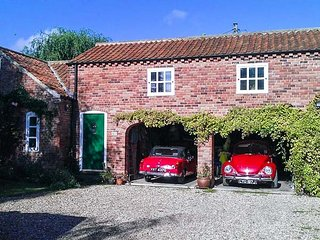 BERRY BARN, barn conversion, upside down, pet-friendly, enclosed patio, WiFi, Ma