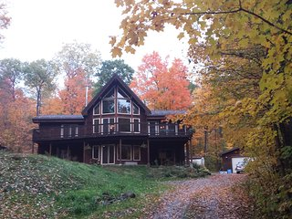 Post and beam with hot tub and sauna 20 minutes to ski hills, beaches and casino