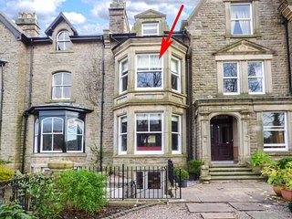 SPA HOUSE, historic townhouse, six bedrooms, media room, WiFi, Netflix, pet-friendly, off road parking, in Buxton, Ref 933863