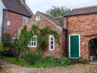 BERRY BARN, barn conversion, upside down, pet-friendly, enclosed patio, WiFi, Mablethorpe, Ref 949128