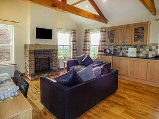 BANK TOP COTTAGE, open plan living, all ground floor, woodburner, hot tub, Embleton, Ref 949760