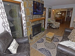 2 Bedroom Condo,,  in Gatlinburg & Ski Lodge, woodburning Fireplace, Wi-Fi