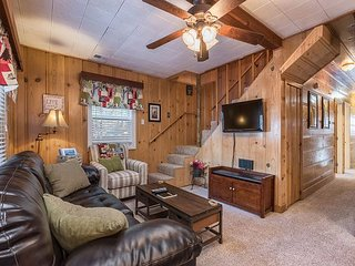 Classic 4BR Midtown Tahoe Cabin With Private Hot Tub & 2 Living Areas