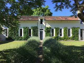 15 mins from Saint-emilion, large family house,private pool, river edged garden.