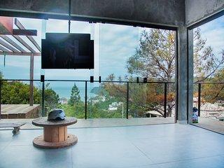 Casa de vidro com vista panorâmica do mar