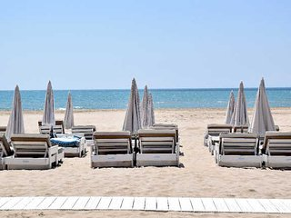 Beach apartment Cap d'Agde with balcony and sea views sleeps 4, Cap-d'Agde