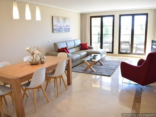 Deluxe Three Bedroom Apartment With Modern Furniture and Fabulous Views R123