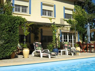 Charming PROVENCAL poolside apartment close to AVIGNON, ORANGE & UZES