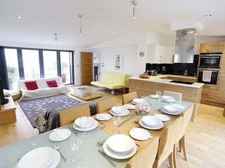 Luxury house: parking, seaviews, balconies, detached, nr beach,10 mins Brighton