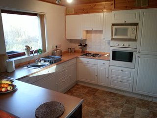 Cosy Loch Ness woodland cottage, detached, mountain views, 2 bathrooms, log fire, Inverfarigaig