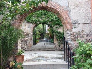 Private Garden Oasis in Centro