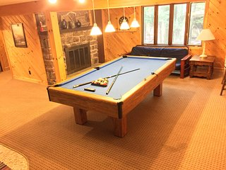 Beautiful Remodeled Home with a View, Pool Table, Hot Tub, Game Room. Huge Deck!, Lake Harmony