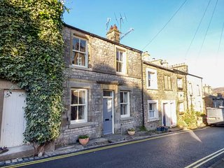HONEY COTTAGE, centrally located, woodburning stove, WiFi in Kirkby Lonsdale, Ref 937306