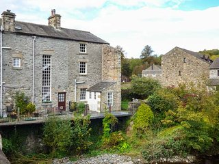 BRIDGE END COTTAGE, river views, pet-friendly, WiFi, parking, Ingleton, Ref 944860