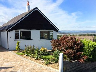FELL VIEW, detached, single-storey cottage, woodburner, off road parking, WiFi, in Arnside, Ref 949724