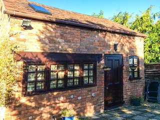 APPLE TREE STUDIO, coutyard garden, pet-friendly, short walk to pub, Frampton on Severn, Ref 947060