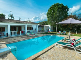 Sunbathe at the Pool in Beautiful Villa Alomar (8 min to Pollensa), Sa Pobla