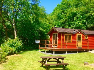 BRAMBLE - Lovely Romantic Riverside Lodge near Pucks Glen Dunoon Argyll
