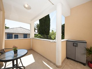 Apartment Jadran- One Bedroom Apartment with Terrace and Garden View, Kastel Luksic