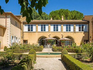 Beautifully Restored Bastide with Swimming Pool and Jacuzzi, Close to Uzès, Uzes