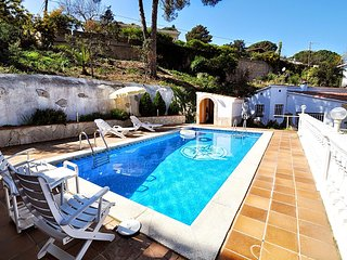 Cozy summer house near the sea with large private pool, Lloret de Mar