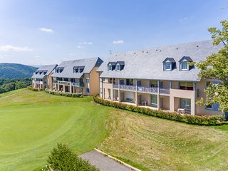HighLife Pyrenees Golf-Cycle-Ski. 2 Bed Apartment with onsite Restaurant and Bar, Bagneres-de-Bigorre