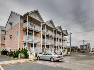 Family-friendly townhome w/shared pool - walk to beach!