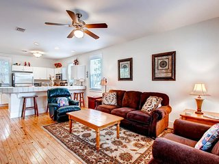 Charming cottage w/ shared hot tub/2 pools & more - 1 mile to Windmark Beach!