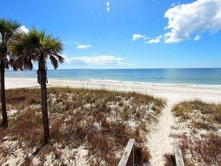 Family-friendly, oceanfront snowbird getaway - amazing beach views steps away!