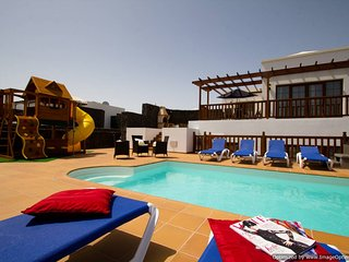 Villa 44, Sea Views, Childrens Play Area,Hot Tub,Pool, Ping Pong,Arcade Machine